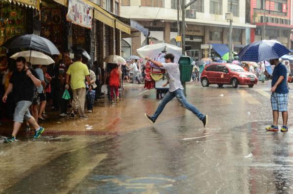 Cidades paulistas contabilizam prejuízos após fortes chuvas.