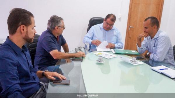 Prefeito assina ordem de serviço para a construção das novas barracas de estrutura metálica do Centro de Abastecimento Vicente Grilo
