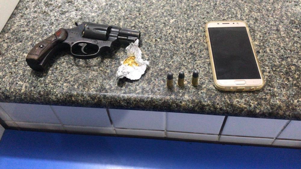 Polícia Militar apreende 4 armas de fogo, drogas, recupera veículo roubado e efetua prisões nas cidades de Alagoinhas e Inhambupe