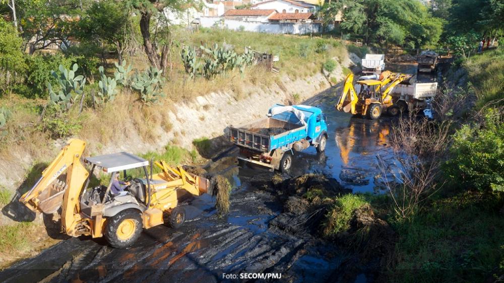 Iniciado novo ciclo de limpeza do canal do Rio Jequiezinho