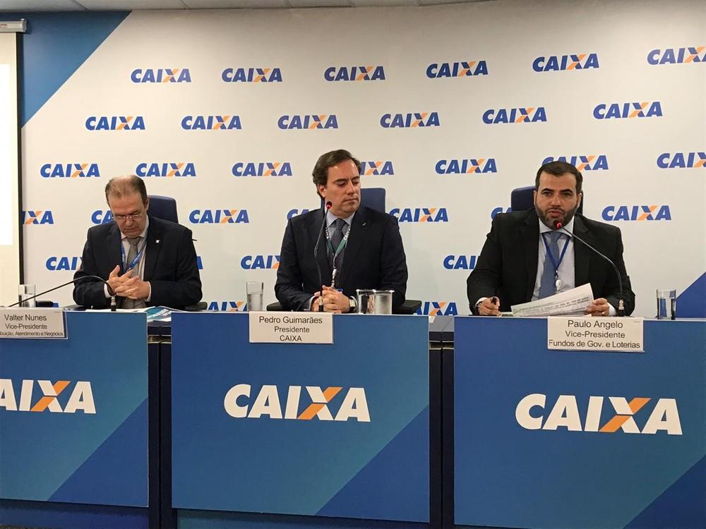 O presidente da Caixa, Pedro Guimarães (centro), durante apresentação do calendário de saques do FGTS — Foto: Laís Lis/G1