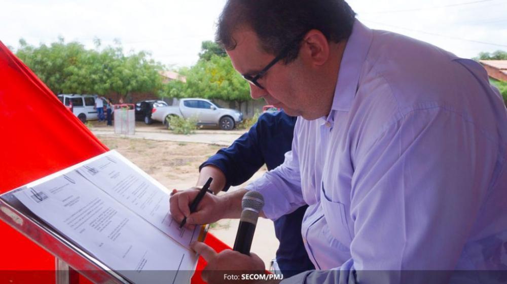 Prefeito de Jequié assina ordem de serviço para construção da Praça Capitão Silvino e da creche do Curral Novo