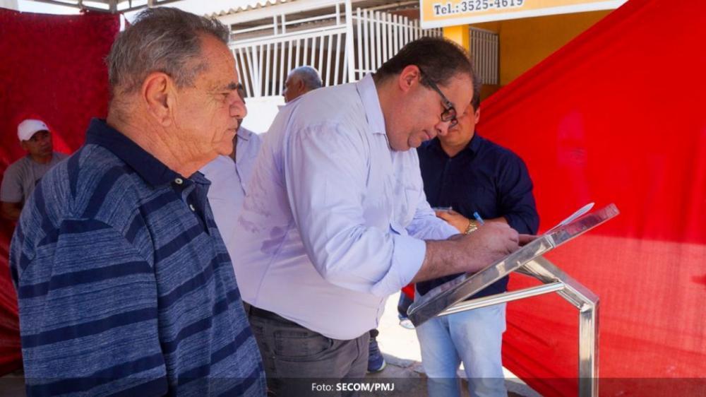 Prefeito assina ordem de serviço para construção de escola e pavimentação de ruas