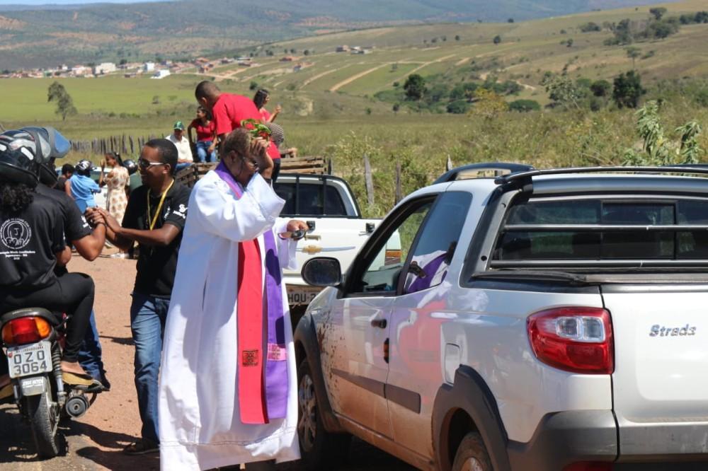 Comunidade Católica de Jaguaquara celebra missa campal às margens da BA 545