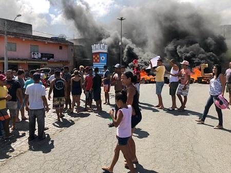 Manifestantes fecham BR-330, na altura do Churrascão (Foto: Ubatã Notícias)