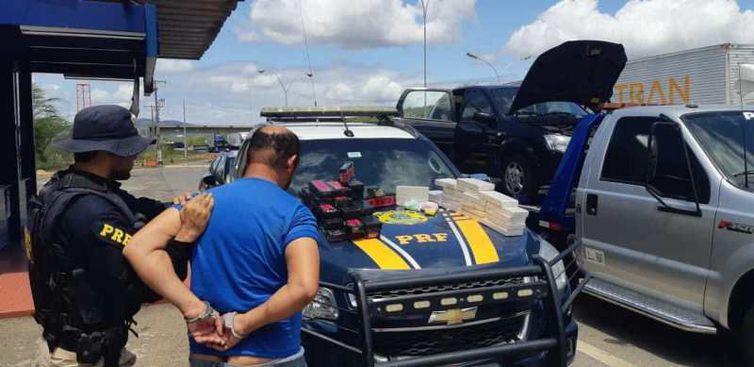 A droga foi apreendida e o motorista preso. Ele foi conduzido para a Delegacia da Polícia Civil, em Jequié (BA) - Divulgação Polícia Rodoviária Federal